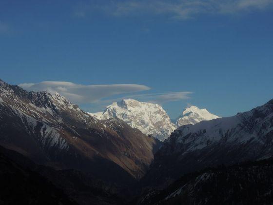 Manaslu (nur der Gipfel ist zu sehen), Ngadi Chuli, Himal Chuli